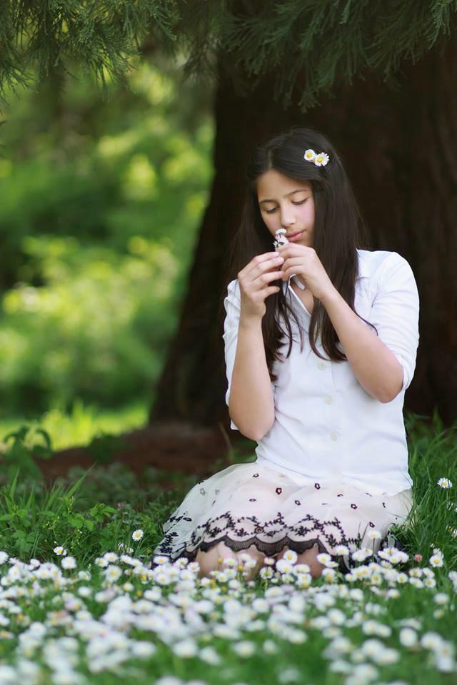 Кристина и цветя, детска фотография