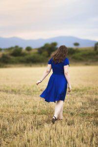 Портретна фотосесия на момиче със синя рокля