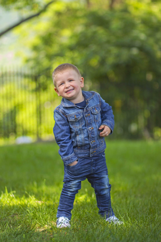 Детска фотография - Алекс се радва на гората
