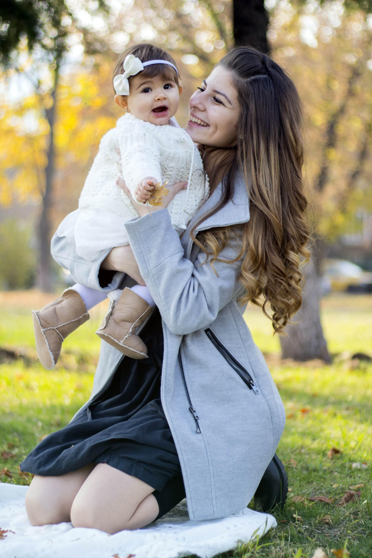 Семейна фотосесия, майка и бебе се усмихват в парка