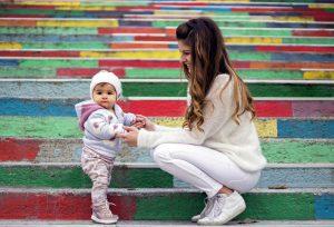 Детска фотография на стълбите в Асеновград