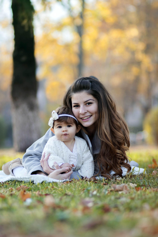 Весела Ивон в парка, детска фотография