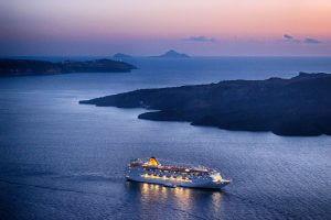 Снимка на кораб по време на синия час