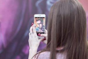 Снимка на момиче с телефон за 10 съвета за по-добри снимки