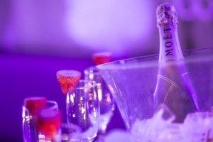 Фотозаснемане на чаши и шампанско на моминско парти