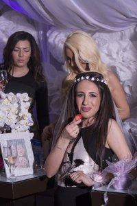 Булка на моминско парти, сватбена фотография